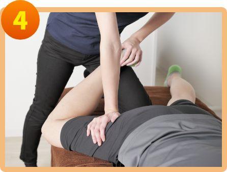 筋力トレーニングやストレッチによるリハビリをおこなう
